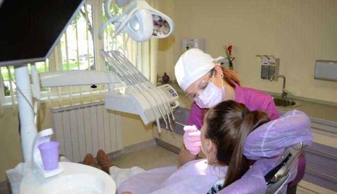Foto: Cabinetele stomatologice de la parterul blocurilor, motiv de ceartă între medici și locatari