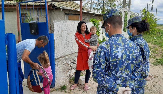 Foto: Cadouri pentru copiii din Corbu, de la militarii de la Capu Midia