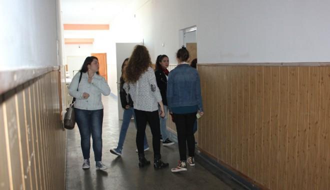Foto: ELEVI din CONSTANŢA, duşi de urgenţă la SPITAL. S-au intoxicat cu sulf în sala de clasă