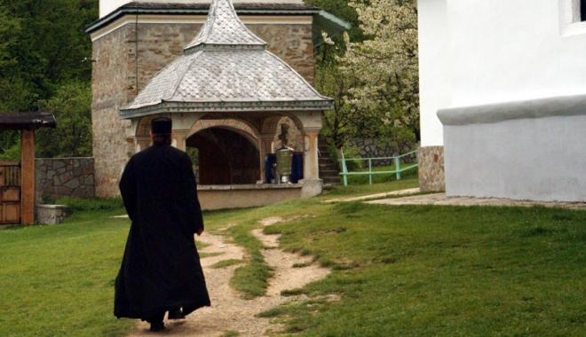 Foto: Călugăr fără permis, prins beat la volan, după ce a furat o maşină