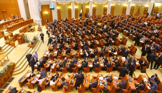Foto: Deputaţii Opoziţiei au încercat să blocheze dezbaterea în plenul Camerei Deputaţilor