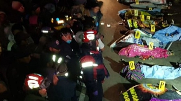 Foto: Tragedie pe şosea. Un camion a intrat în mulţimea care se adunase la un accident, sunt cel puţin 18 morţi