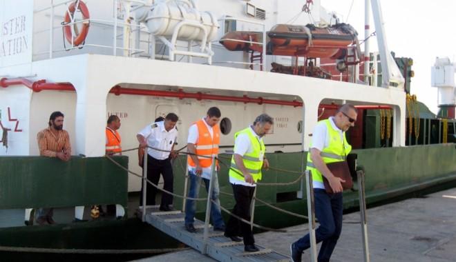 Foto: Poli�i�tii au c�utat munca la negru din portul Constan�a