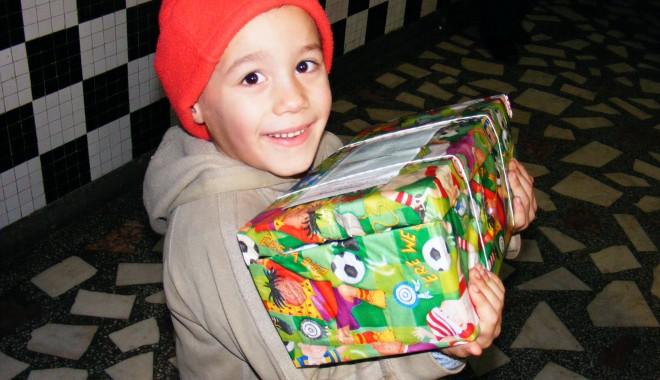 """""""Un cadou, o bucurie"""" - campaniecopii-1386931837.jpg"""
