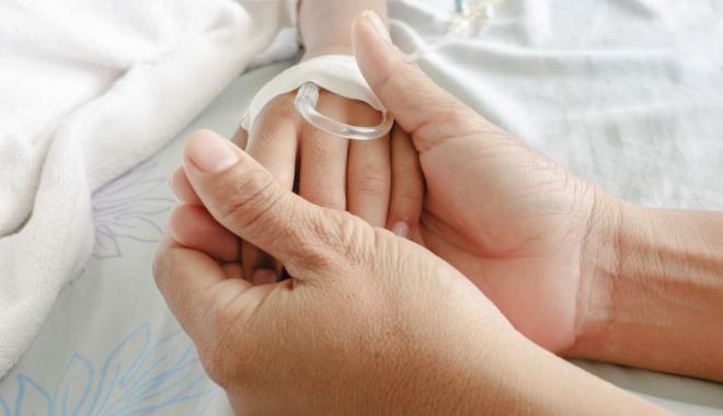 Foto: PĂRINŢII UNEI FETIŢE BOLNAVE DE CANCER, OBLIGAŢI DE INSTANŢĂ SĂ CONTINUE TRATAMENTUL COPILULUI. Aceştia cred că fiicei îi vor fi furate organele