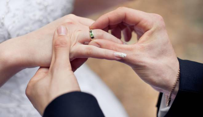 """Foto: Să curgă şampania! Când scoatem """"actele"""" pentru căsătorie"""