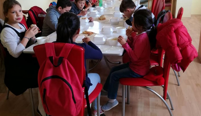 Foto: O masă caldă pentru copiii nevoiaşi din localitatea Techirghiol