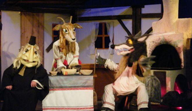 """Foto: """"Capra cu trei iezi"""" îl înfruntă, din nou, pe lupul cel lacom"""