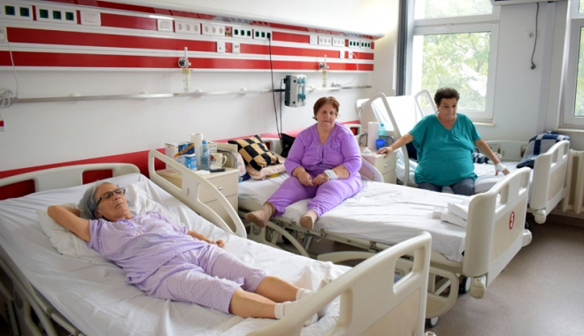 """Foto: Cardiacii, cei mai afectaţi de frigul de afară. Mulţi bătrâni sunt """"uitaţi"""" de sărbători în spital"""