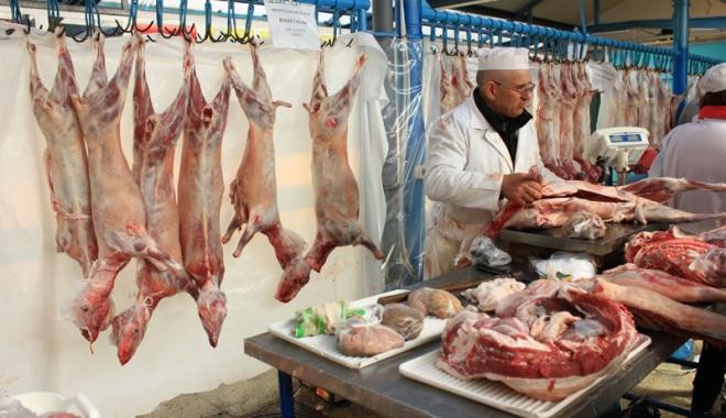 Foto: Cumpăraţi carne de miel din Piaţa Griviţei? Aveţi grijă să nu puneţi pe masa de Paşte… altceva