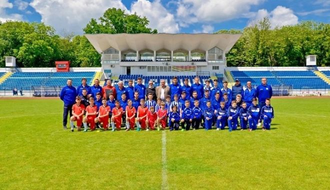 Foto: 55 de echipe de fotbal de juniori din ţară, sponsorizate de Carrefour