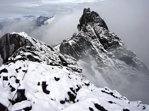 Foto: Alpinism: Doi români vor escalada vârful Carstensz Pyramid din Papua Noua Guinee
