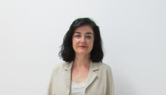 """Foto: Lavinia Stan şi-a lansat cartea la Universitatea """"Ovidius"""""""