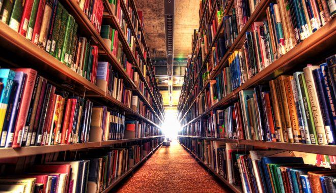 Foto: Cărți expuse în formă digitală, în premieră, la bibliotecă