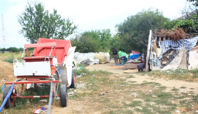 Foto: Şatra din inima Constanţei! Terorizaţi de mai multe familii de romi