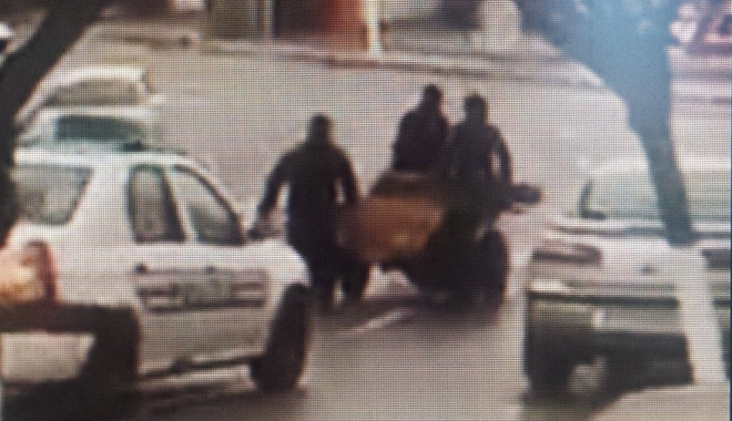 Foto: VIDEO. Trăgeau la căruţă, cu calul leşinat în spate! Poliţiştii s-au uitat şi au plecat