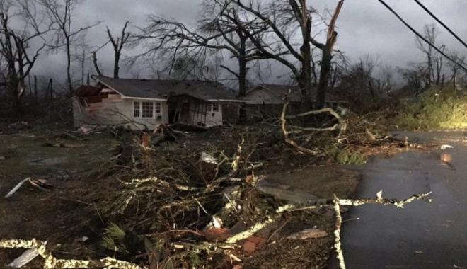 Foto: Patru oameni au fost ucişi de tornada care a lovit un oraş din Mississippi