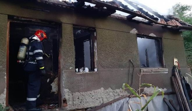 Foto: O femeie a murit, iar un bărbat a ajuns în stare gravă la spital după ce casa le-a luat foc