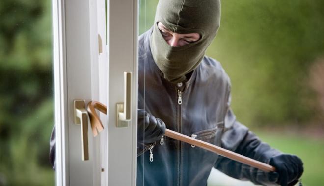 Foto: Case sparte de hoţi, maşini vandalizate, orăşeni tâlhăriţi. Poliţia Constanţa avertizează!
