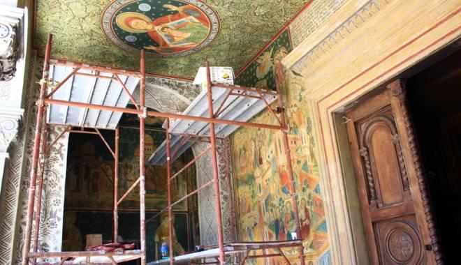 Foto: Catedrala Tomisului a intrat în reparaţii
