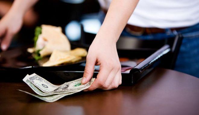 Foto: Impozitarea bacşişului se întoarce. Care este propunerea patronilor de restaurante