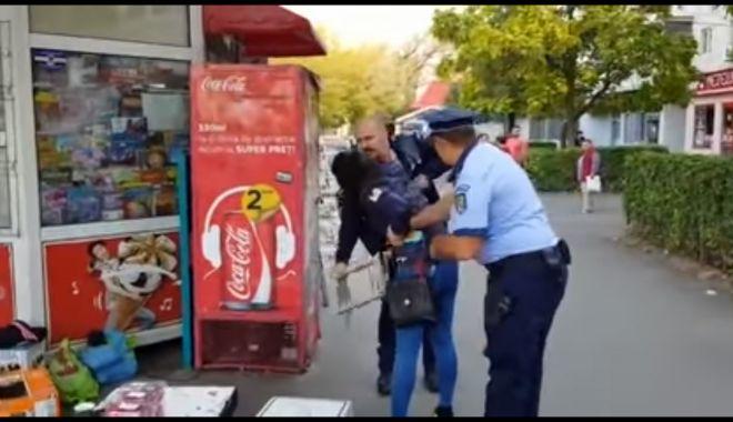 Foto: VIDEO / EXCES DE ZEL. Polițiști anchetați disciplinar după ce au încătușat o femeie care vindea zarzavat fără autorizație