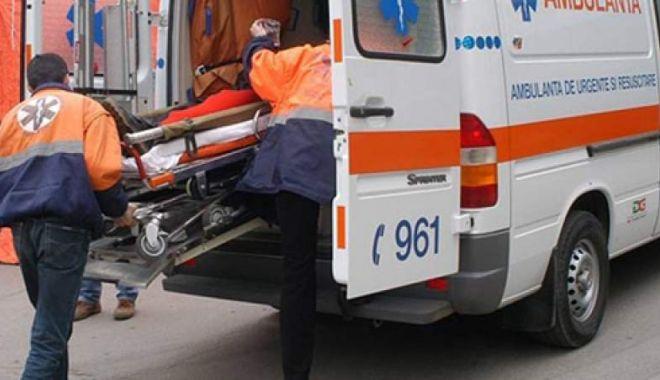 Foto: Incident șocant: O tânără a căzut din autobuz, după ce un geam s-a desprins în mers