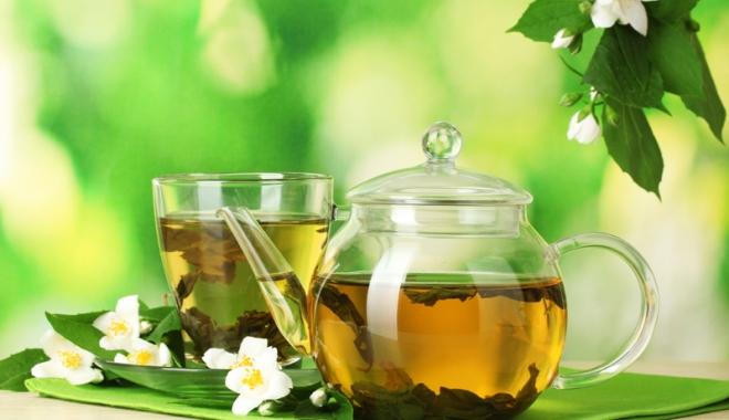 Foto: Medicamentul cald. Mix interesant  de ceai verde  şi flori de iasomie