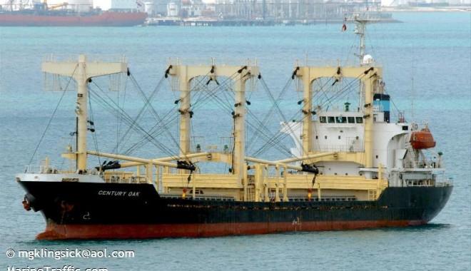 """Foto: Cei 20 de marinari de pe """"Asia Peace"""" au fost salvaţi"""