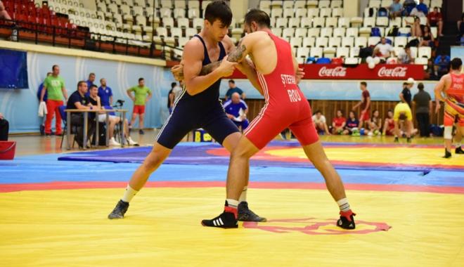 Foto: Cei mai buni luptători din România au încins atmosfera la Sala Sporturilor