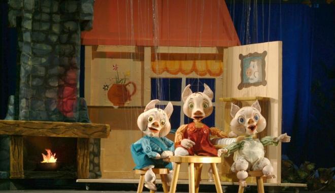 """Foto: """"Cei trei purceluşi"""", în vizită la Pavilionul Expoziţional"""