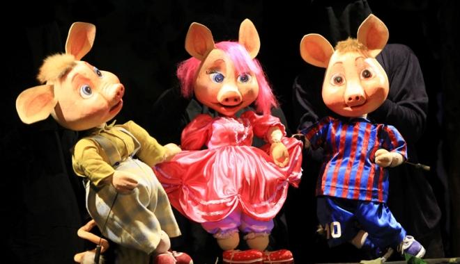 """Foto: """"Cei trei purceluşi"""" îi aşteaptă pe copii la teatru"""