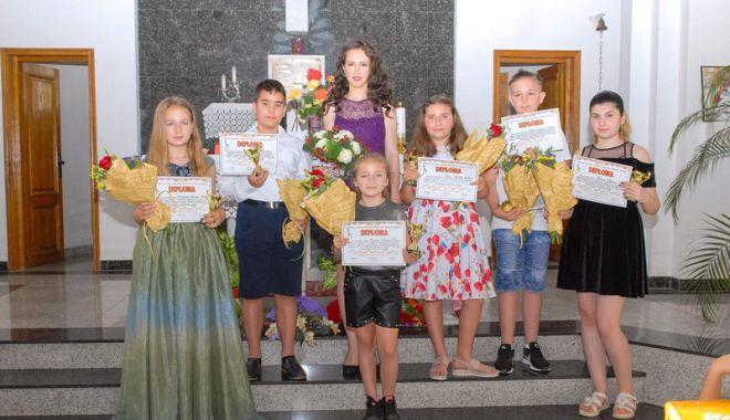 Șase elevi din Cernavodă, proaspeți absolvenți de canto - centrucernavoda-1533572615.jpg