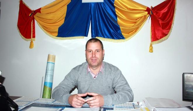 Foto: Ce priorităţi are pentru 2014, primarul din comuna Tortoman, Lucian Chitic