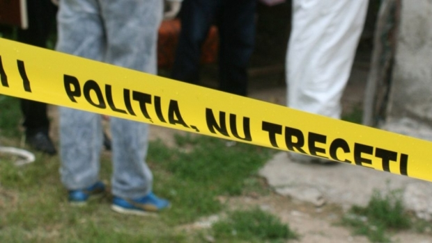 Foto: Un bărbat şi-a înjunghiat soţia şi mama, apoi a vrut să se sinucidă