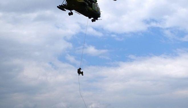 Foto: Cercetaşii, exerciţii cu trageri de luptă şi rapel din elicopter