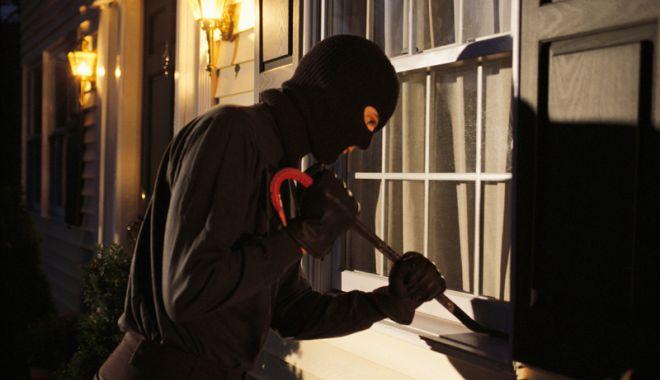 Foto: Cercetat pentru că a furat bunuri  de uz casnic  de la un vecin