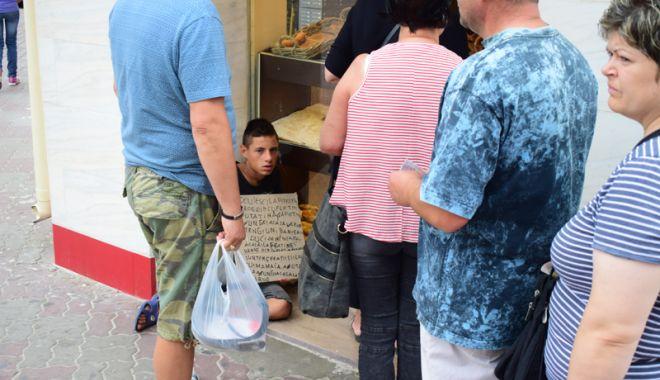 Foto: Constanţa, raiul cerşetorilor! Au venit  la malul mării să facă un ban peste vară