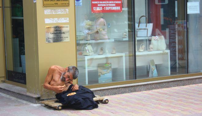 Constanţa, raiul cerşetorilor! Au venit  la malul mării să facă un ban peste vară - cersetor4-1529683300.jpg