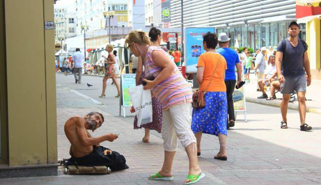 Constanţa, raiul cerşetorilor! Au venit  la malul mării să facă un ban peste vară - cersetor8-1529683326.jpg