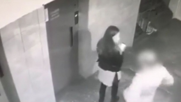 Foto: Fetiţă ameninţată cu un cuţit, pentru 15 lei