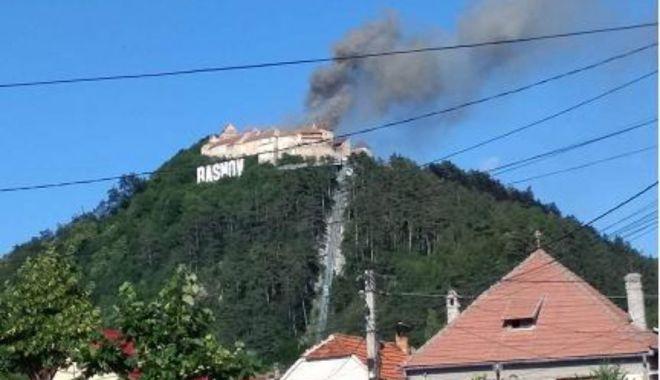 Foto: Incendiu la Cetatea Râșnov. Vizitatorii au fost evacuați