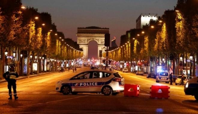 Foto: ALERTĂ la Paris, după un atac armat pe Champs Elysees. Un poliţist şi atacatorul au murit
