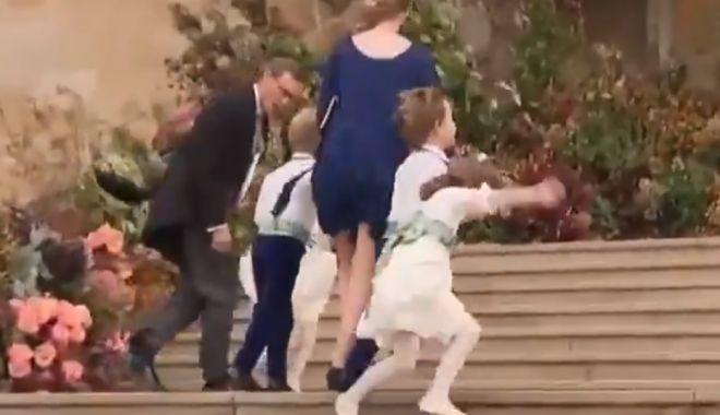 Foto: Prințesa Charlotte și un băiat de onoare, luați de vânt pe scările de intrare în biserică, la nunta prințesei Eugenie