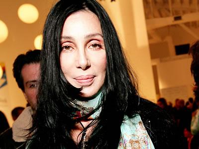 Cher nu renunță la tocuri nici în timpul tratamentului pentru coloană - cher22-1318581137.jpg