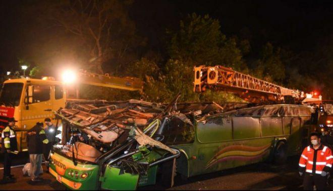 Foto: Autobuz căzut de pe pod, în condiții suspecte. Cel puțin 30 de morți