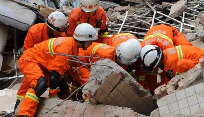 Foto: O clădire cu două etaje s-a prăbușit. Cel puțin 17 morți