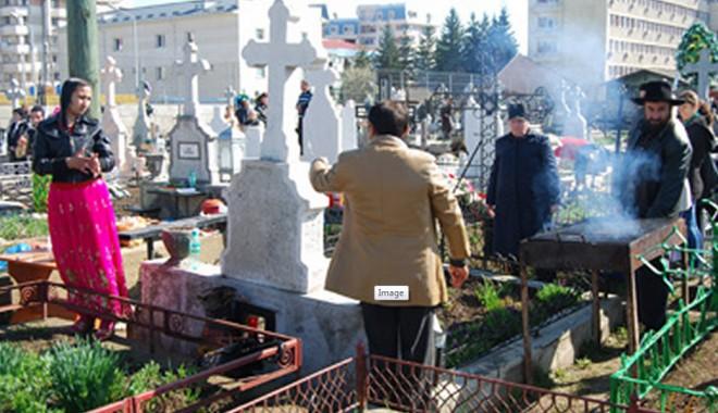 Foto: Grătar ca la nuntă în mijlocul unui cimitir din Paşcani / Video