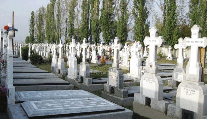 Foto: DESTIN CRUNT! Un bărbat a murit în cimitir, strivit de o cruce
