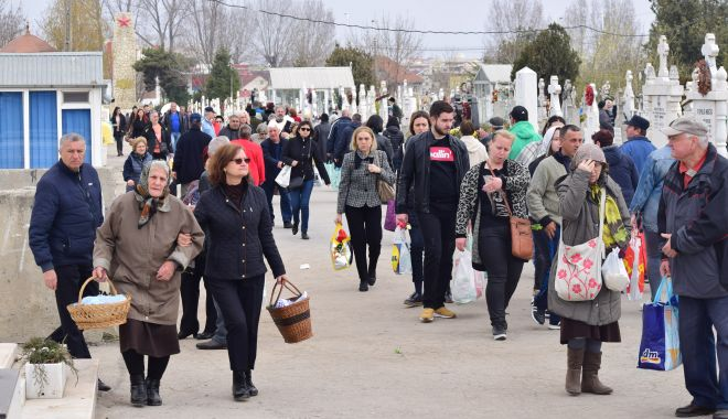Foto: Galerie foto / Paştele Blajinilor, la Constanța. Credincioșii și cerșetorii au invadat cimitirele